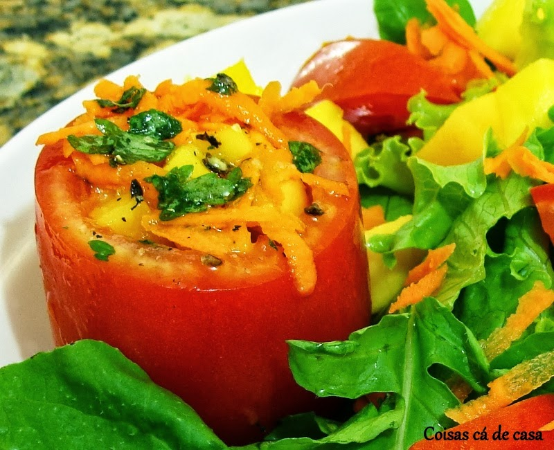 Salada de folhas com manga verde
