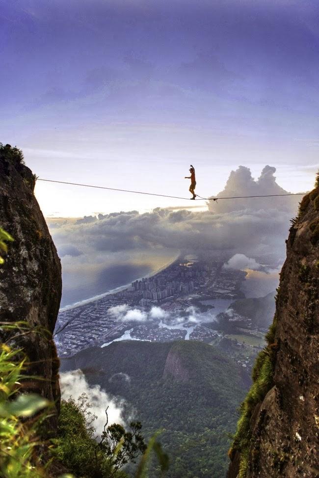 Слэклайнер Брайан Мосбо совершает прогулку по канату на высоте 850 метров. Рио-де-Жанейро, Бразилия.