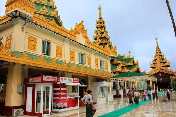 Cajero automatico (ATM) - Pagoda Shwedagon - Rangun - Myanmar