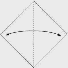 Bước 1: Gấp đôi tờ giấy theo chiều trái phải để tạo nếp gấp, sau đó mở ra.