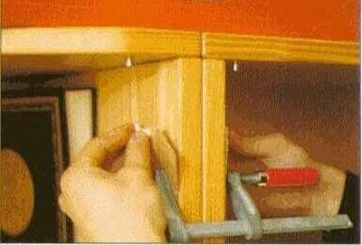 Зажать глизу в отверстии мебели гайкой