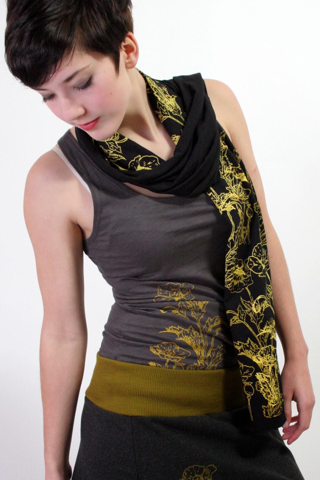 schöner bedruckter schwarzer Schal