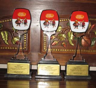 aneka bentuk plakat akrilik, contoh trophy wedding, tempat bikin plakat akrilik, 0856.4578.4363, www.rumahplakat.com