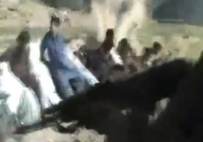talibanes matando a 16 policias en fila