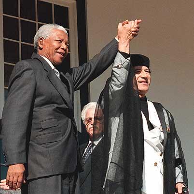 ESTADOS UNIDOS CREÓ A AL QAEDA, Y PAGA PARA QUE LE HAGAN EL TRABAJO - Página 2 Mandela-gaddafi+%25281%2529