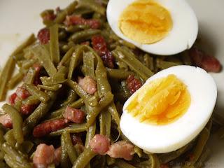 Salade tiède de haricots verts aux lardons et oeuf mollet (voir la recette)