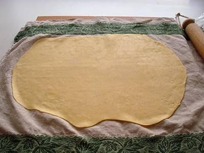 Strudel con radicchio e fontina: stendere il panetto con un mattarello