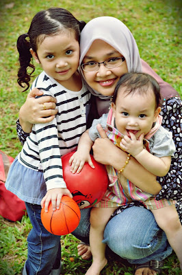 MUMMYRINA WITH DAUGHTERS