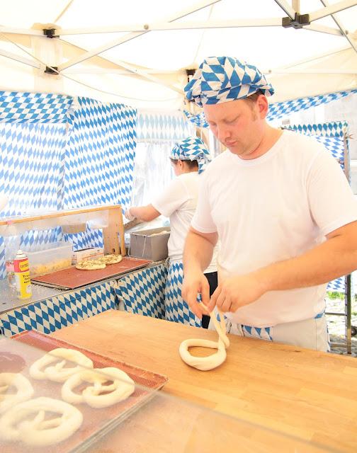 mercato europeo preparazione dei pretzel