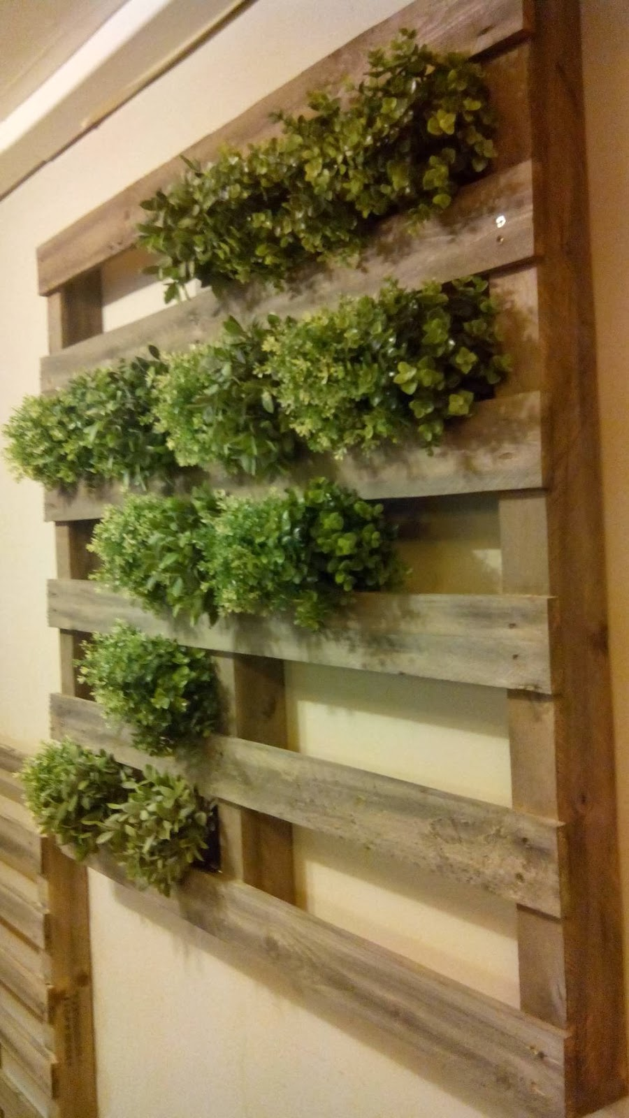 Jard n vertical hecho con palets for Decoracion palets jardin