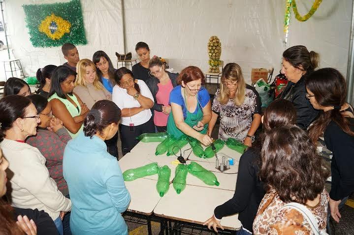 No Ginásio Pedrão, as professoras da Apraeco apresentam a Oficina de Artesanato Reciclável com garrafas Pet