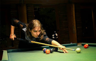 L'arbitre internationale des échecs Marika Japaridze montre ses qualités au billiard - Photos © Alina L'Ami