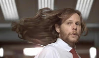 Hosszú hajú férfi