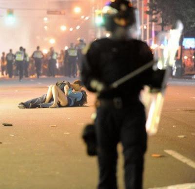 Sebuah Ciuman Panas di tengah Konflik Kerusuhan