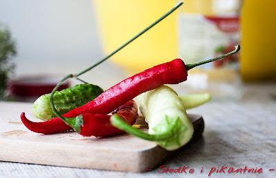 Ogórki na ostro z papryką chili i jalapeño