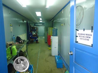 Bagian dalam kantor atau workshop dari kontainer. Dilarang masuk kecuali Crew.