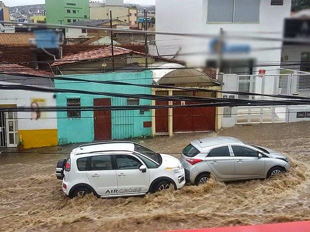 Chuva alaga Vitória da Conquista na tarde desta segunda-feira (10). (Foto: Anderson Oliveira/Blog do Anderson)