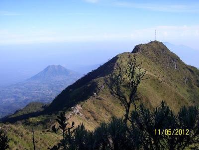 Pos Menara Gunung Merbabu terlihat dari kejauhan