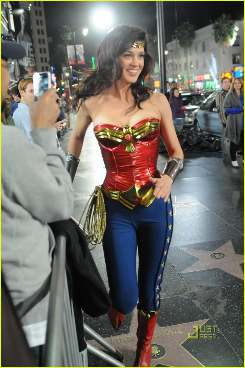 http://1.bp.blogspot.com/-n2ItpdtTpUk/TZN88a0O1MI/AAAAAAAAAdA/f_WAqp7w5Gg/s1600/adrianne-palicki-wonder-woman-hollywood-boulevard-02.jpg
