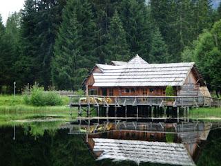 dřevěný dům u jezera