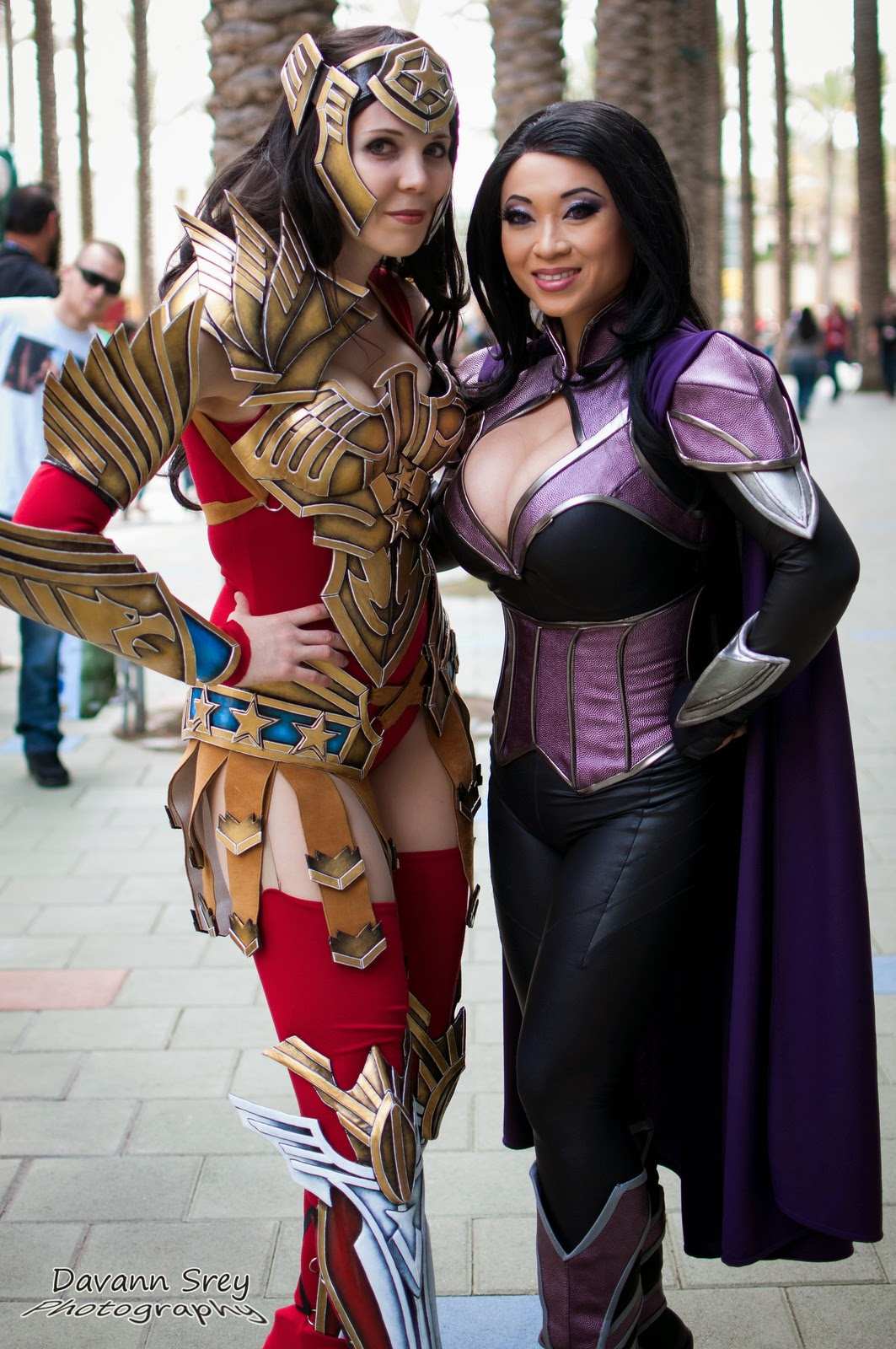 photo de cosplay de la wondercon 2014 d'une wonder woman guerrière  en duo avec yaya han en violet
