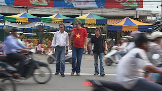 Top Gear Vietnam crossing busy street
