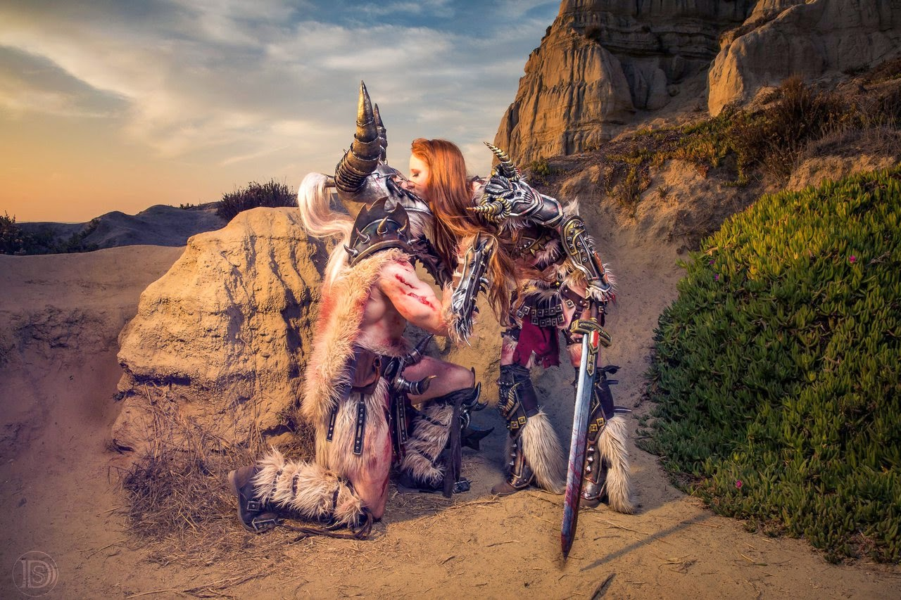 cosplay d'un couple de barbare de diablo 3 s'embrassant