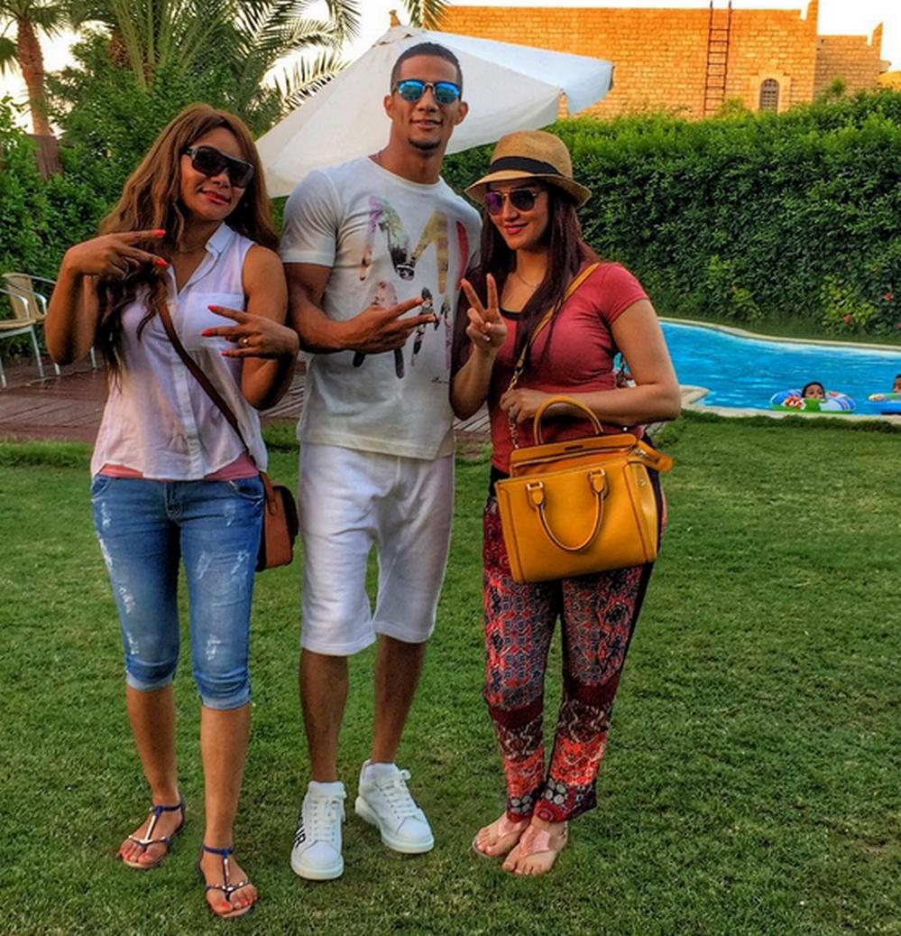 شاهد الفنان محمد رمضان يستمتع بعطلته رفقة اخواته وزوجته ...