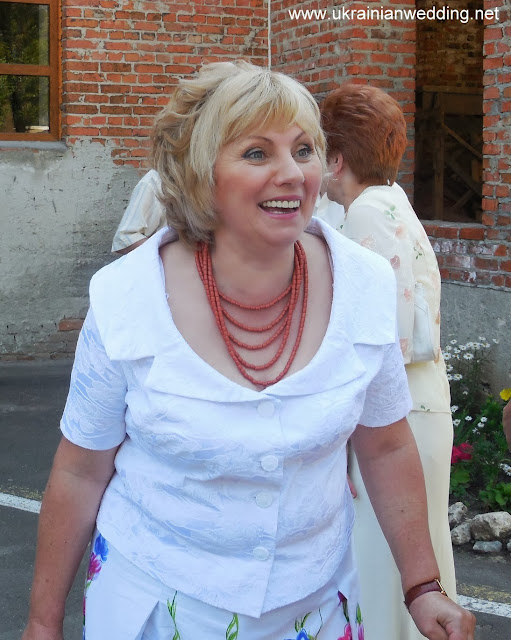 Українське весілля щаслива мати нареченої