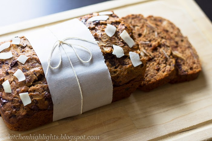 Banana bread is perfect for breakfast of brunch. Enjoy it with a glass of cold milk, as a side for caffé latte or toasted with a scoop of yogurt