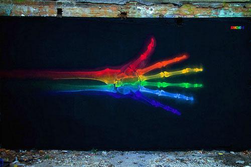 """ロンドンで活躍するストリートアーティストのShok Onerが制作した""""Rainbow Anatomy""""は虹色のついたX線画像"""