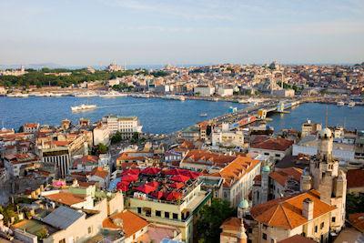 Ciudad de Estambul en Turquía, vista desde el Distrito de Beyoglu sobre el puente de cuerno de oro y Gálata