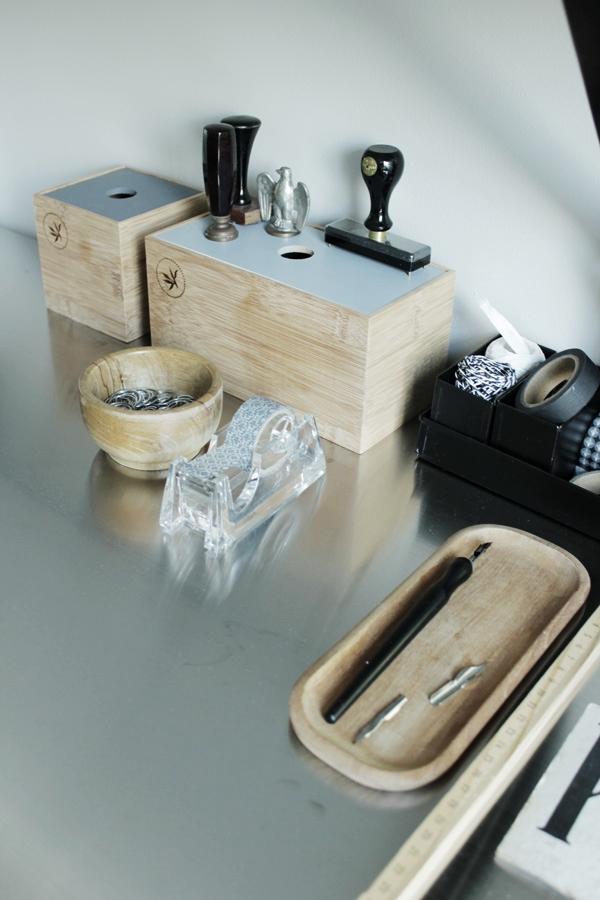 tips trälådor, arbetsbord ikea, bordsskiva rostfri plåt, kontorsmaterial, washitejp, stämplar, grå vägg i arbetsrummet, renoverad övervåning