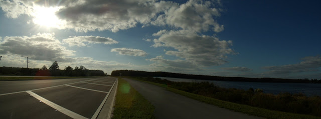 Oil Well Road hacia el oeste. A la derecha el sitio de Winchester Lakes y el carril de bicicletas