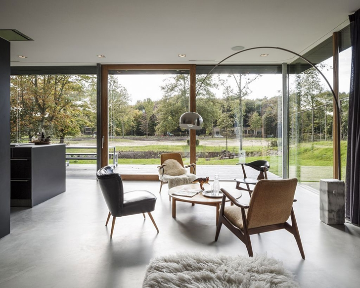 Sitting area by the kitchen in Modern Villa V by Paul de Ruiter Architects