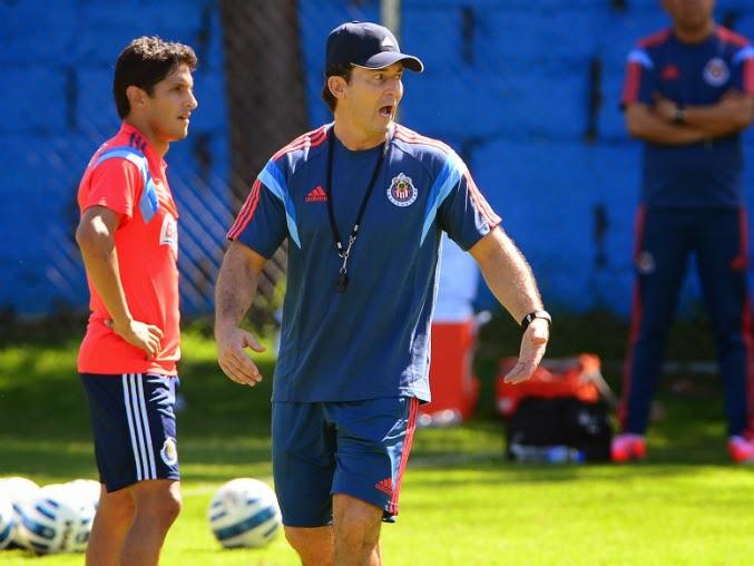 El técnico afirma que su contrato es por tres años, incluido el ascenso.