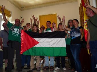 Los activistas de Rumbo a Gaza en la embajada española de Atenas
