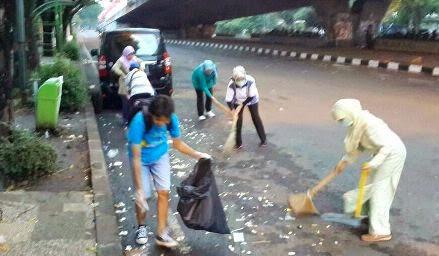 membersihkan sampah di jalan dago bandung