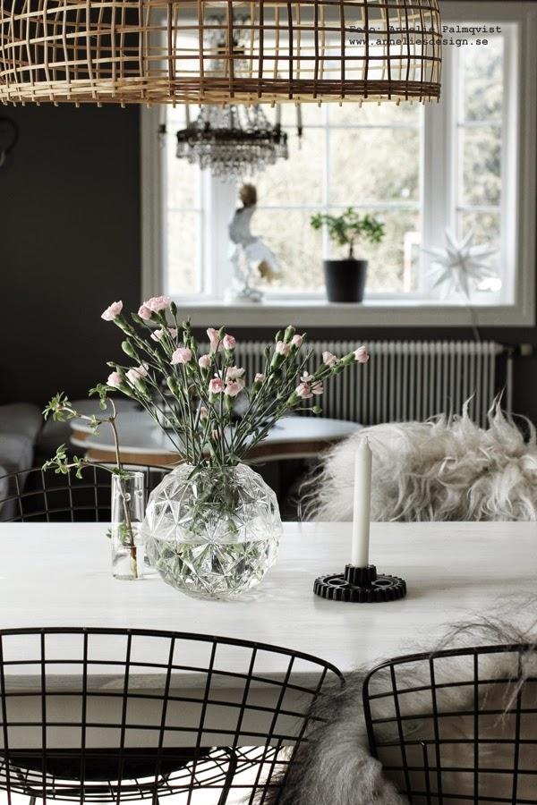 matsal, vas, runda vaser, ljusstake kugghjul, ljusstakar, webbutik, webshop, webbutiker, annelies design interior, anneliesdesign, fårskinn, isländska fårskinn, island, skinn, nejlikor, blommor, snittblomma, rosa, matgrupp,