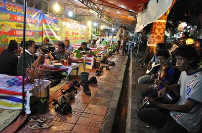 Makan Malam di lesehan jalan Malioboro diiringi alunan musik kelompok pemusik jalanan  Jogja
