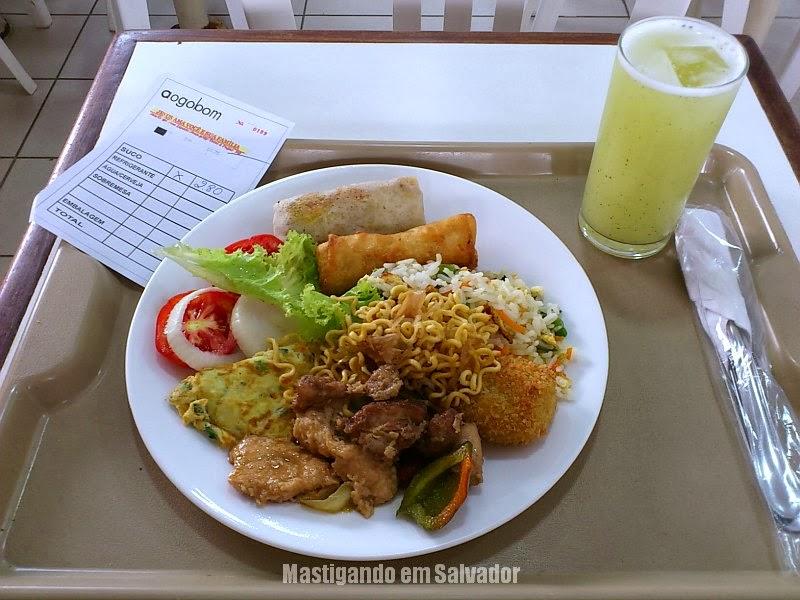 Restaurante Aogobom: Prato com opções do Buffet e Suco de Abacaxi com Hortelã