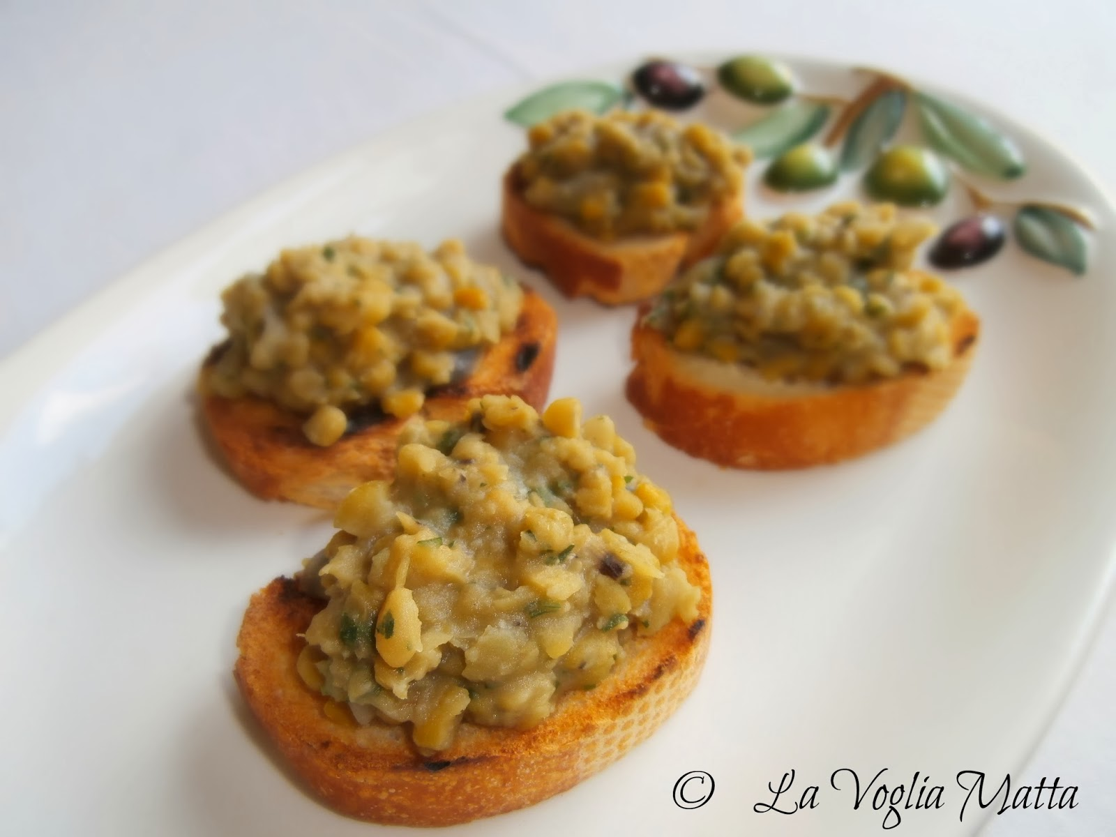 cucina greca : crostini con  le fave
