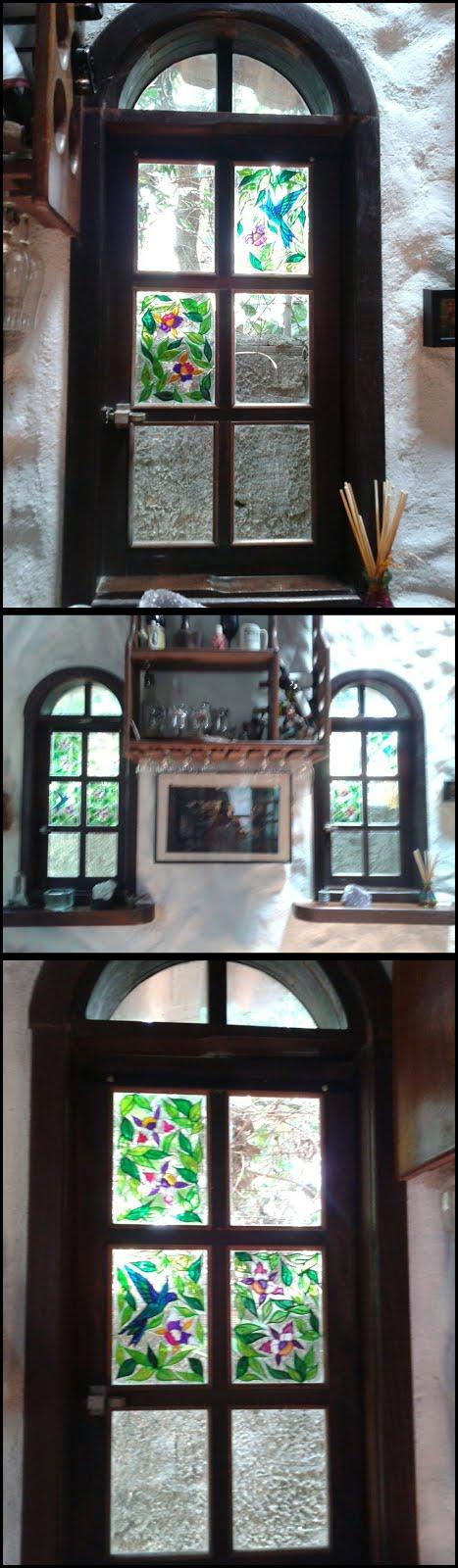 Beija-flores e orquideas em vidro de janela de madeira