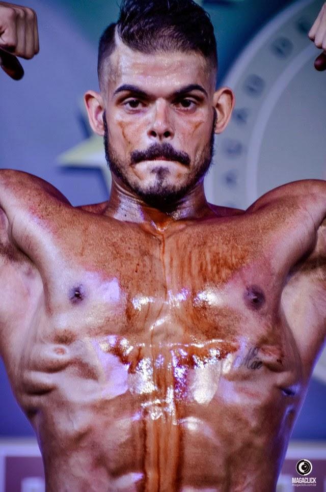 Com o calor, a pintura corporal de Arthur Soares derreteu. Foto: Marcelo Magalhães