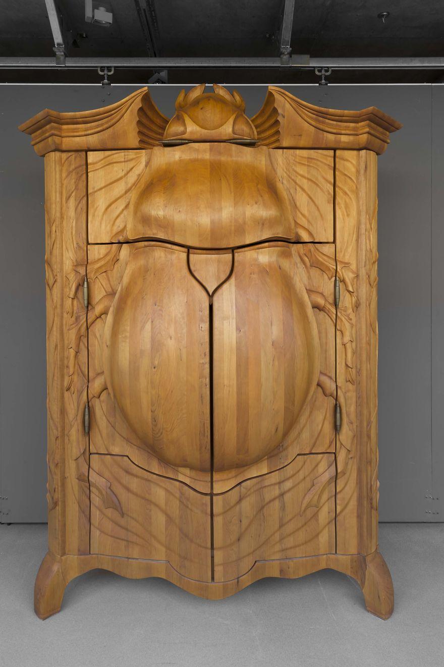 Escultura y mueble en madera con un escarabajo tallado a mano.  Quiero más d...
