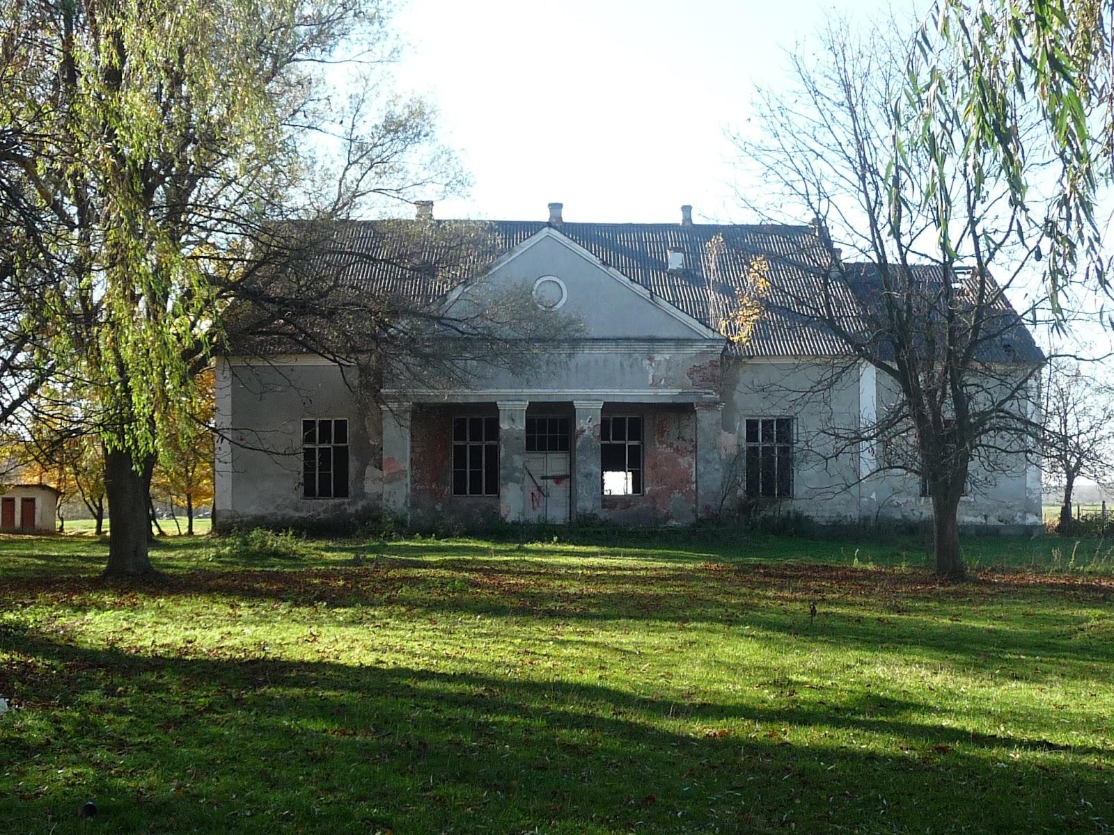 Добровляны Дрогобычского района. Заброшенное здание бывшего Дома культуры