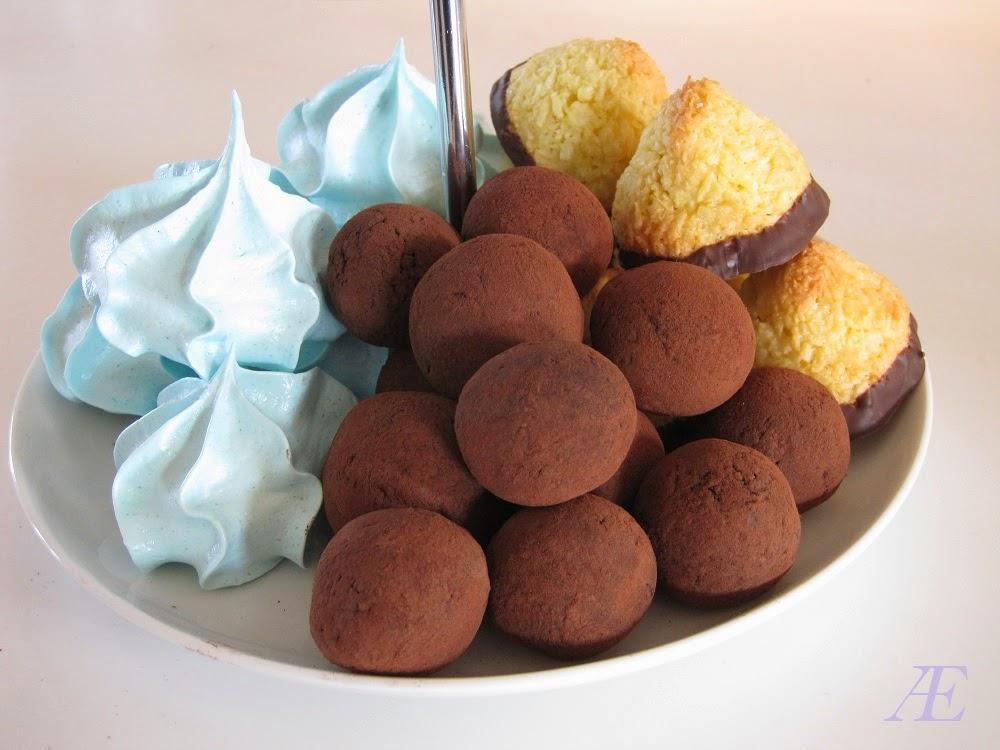 Lækre paleo dadel kugler, på mit kagefad, sammen med blå marengs kys, gode kokostoppe, og kransekage konfekt, opskrift