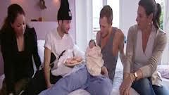 Dennis Storm y Valerio Zena ya con su bebe