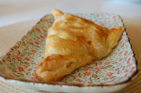 Snel appelflappen maken met bladerdeeg gevuld met stukjes appel, noten en chocolade: 20 minuten bakken in een voorverwarmde oven op 180-200 graden