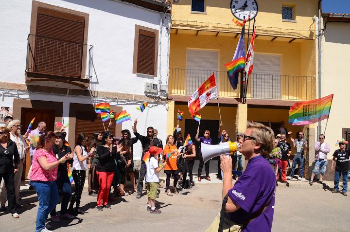 Un momento de la concentración contra la homofobia en la localidad de San Bartolome de Béjar